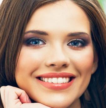 Mergina su dantų implantais