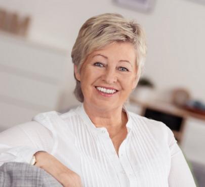 Moteris su implantuotais dantimis